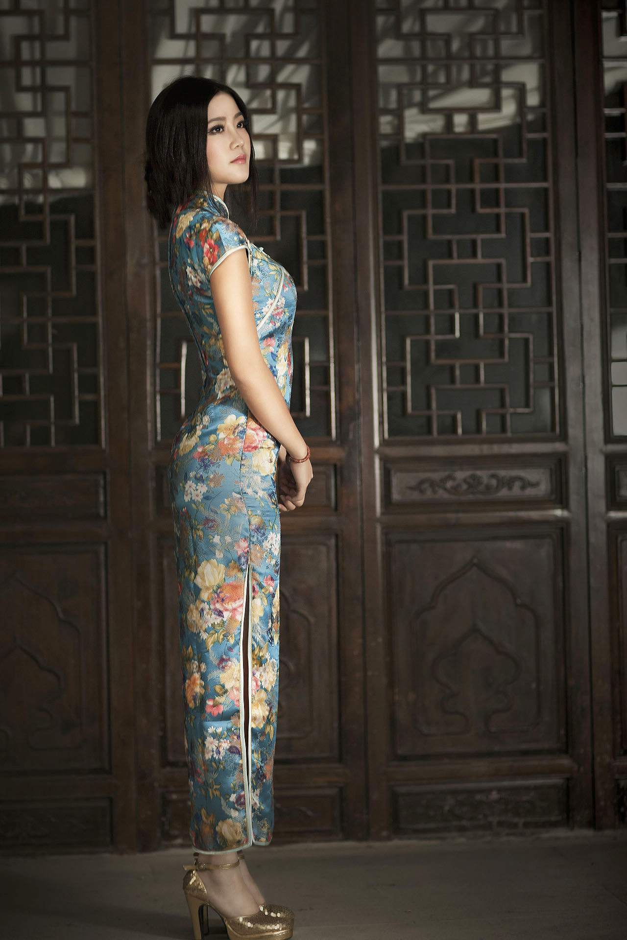 Blue cheongsam girl HD Photo-Traditional Plum Blossom Girl Cheongsam